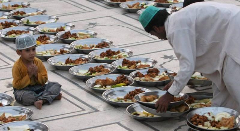 много еды на площади