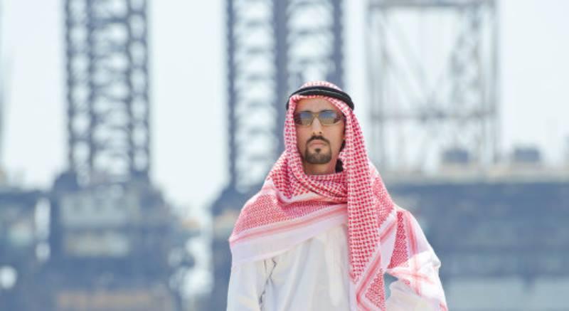 араб на фоне вышек